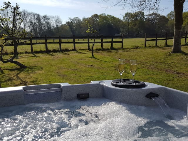 Pheasant Lodge.Luxury country retreat with Hot Tub