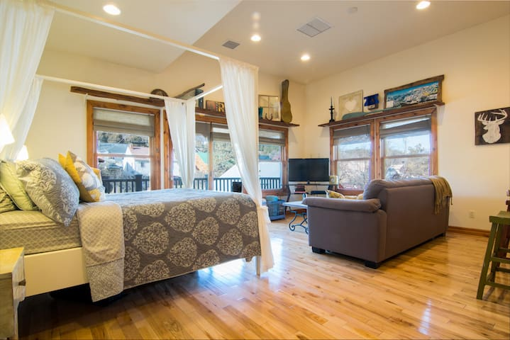 Chic Downtown Condo w/ Great Views! - Pagosa Springs - Apto. en complejo residencial