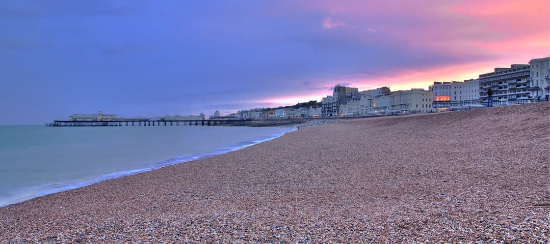 Superb 2 Bed Apartment close to Beach & Town