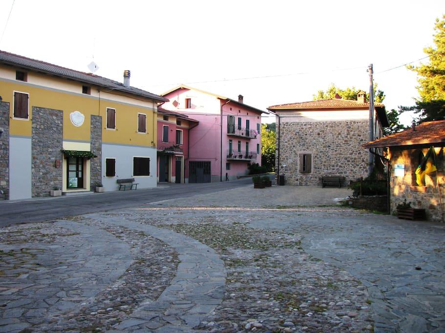 Piazza di Sologno con B&B