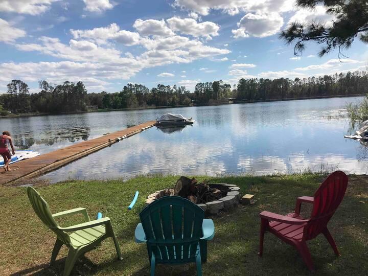 Vintage camper on beautful lake!