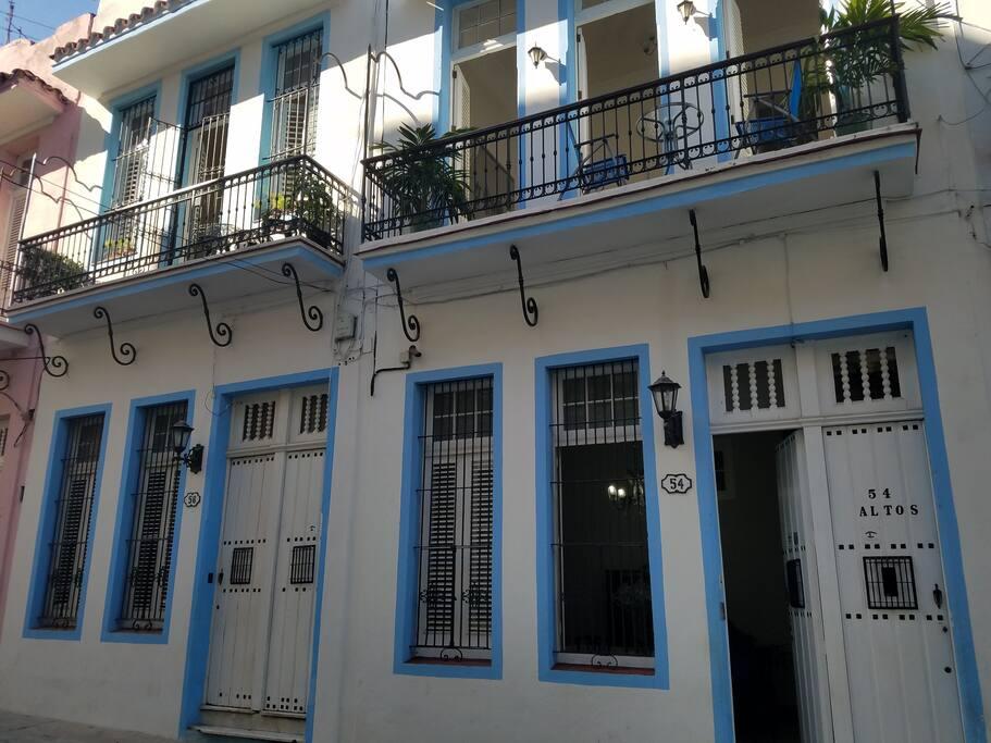 Esta es la fachada de nuestra casa de huéspedes azul habana, sitio donde se encuentra ubicada esta habitación.