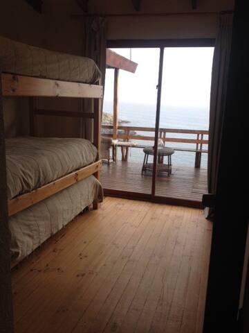 Dormitorio para 3 personas en primer piso, salida a la terraza.
