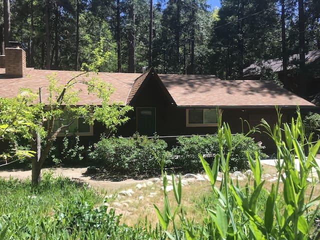 ROYALTY CONNECTION:  Apple Tree Inn on the Creek