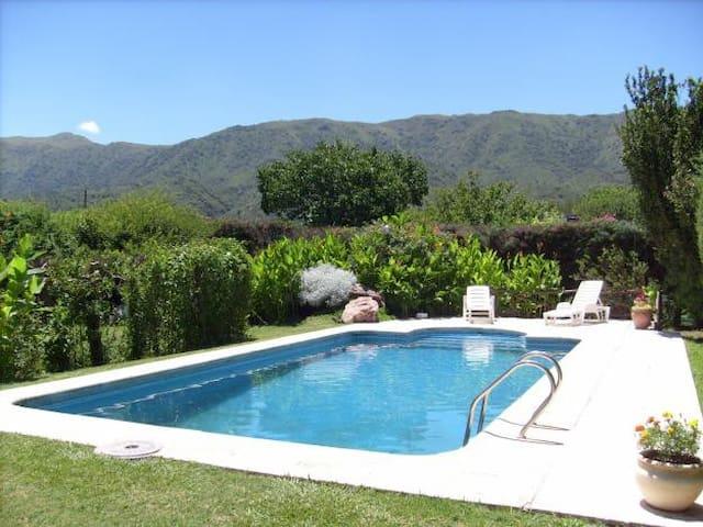 Casa con vista a las sierras con piscina. WIFI.