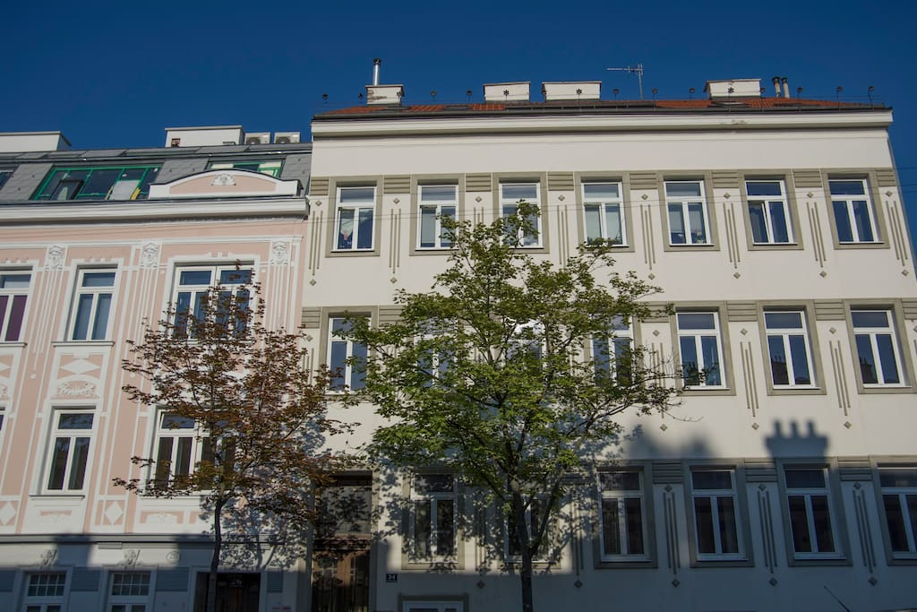 Das rechte Haus ist das Haus, in dem die Wohnung ist. // The right house is the one where the apartement is located.