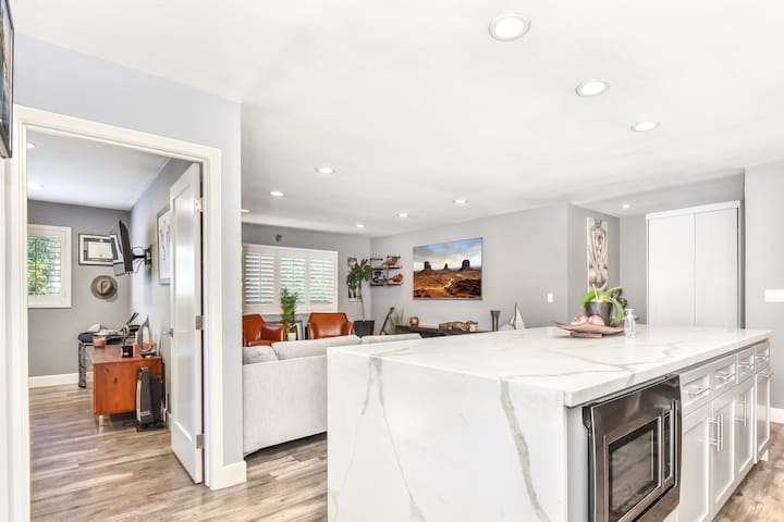 Newly Remodeled and Luxurious Newport Condo w/ AC!
