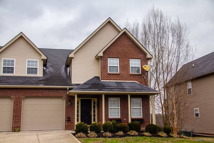 Beautiful townhome on the lake close to Lee's Ford