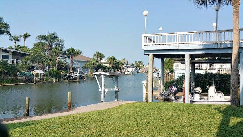 Waterfront canal home, decks with views, breezes - Rockport - House
