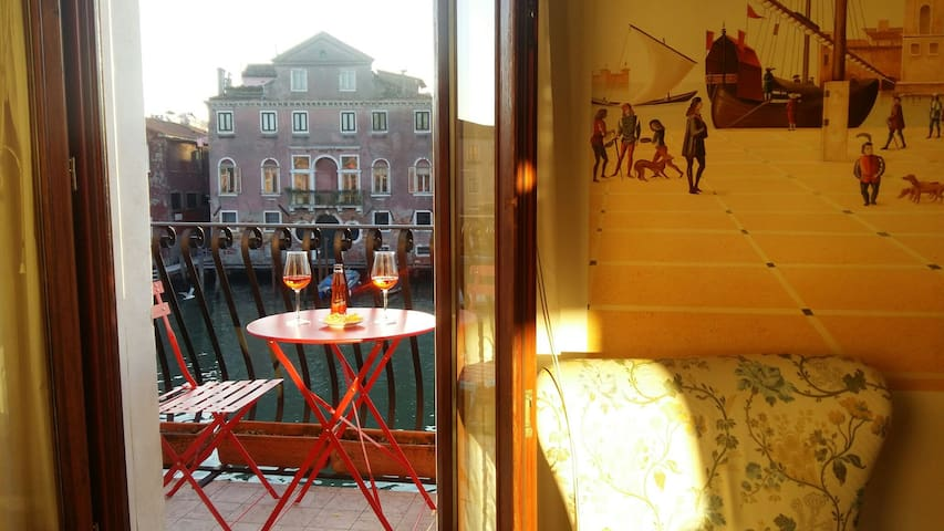 Venetian  loft with canal view!! - Venetië - Appartement