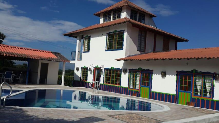 Hab. Familiar en eje cafetero Solar Villa El Eden - La Tebaida - Bed & Breakfast