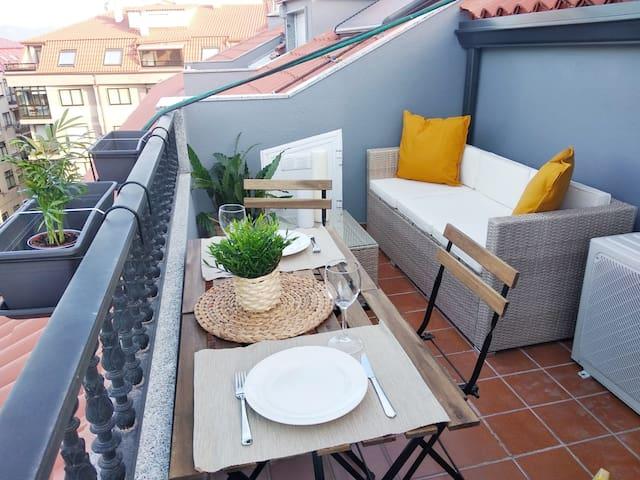 El estudio cuenta con una terraza tranquila e intima donde podrá relajarse en el sofá leyendo un libro o bebiendo una  copa de vino al atardecer. Cuenta también con dos mesas para que pueda desayunar o comer al aire libre.