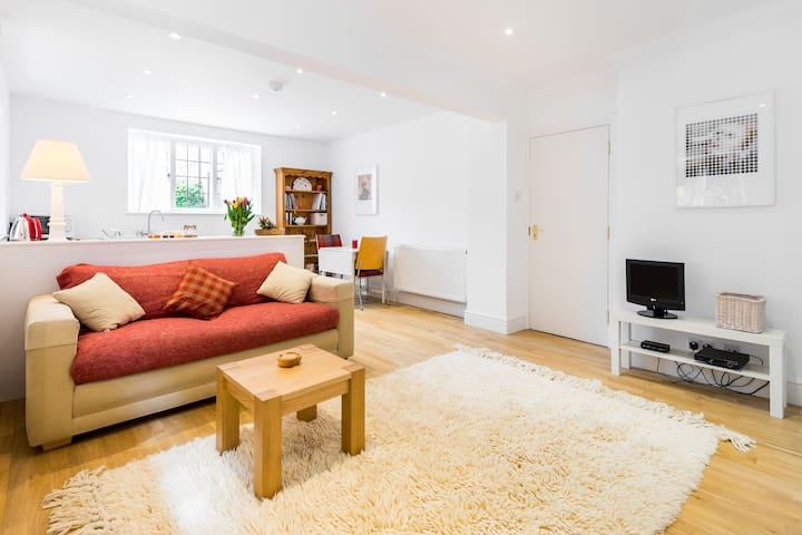 Hampstead Garden (1 bed flat private)