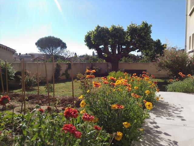 La chambre donne sur le jardin, calme et agréable