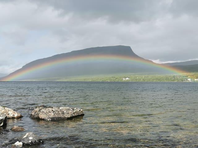 Boendet erbjuder norrsken småviltjakt och fiske.