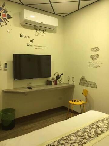 冷暖變頻空調 ,造型時鐘 ,43吋大電視 ,書寫旅遊日誌之小桌平台 ,造型椅子。