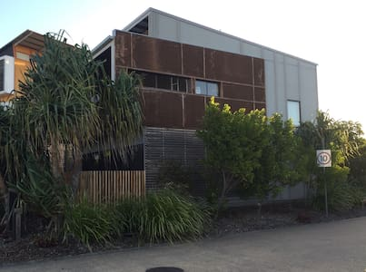 Breezy Beachside Townhouse - Mount Coolum