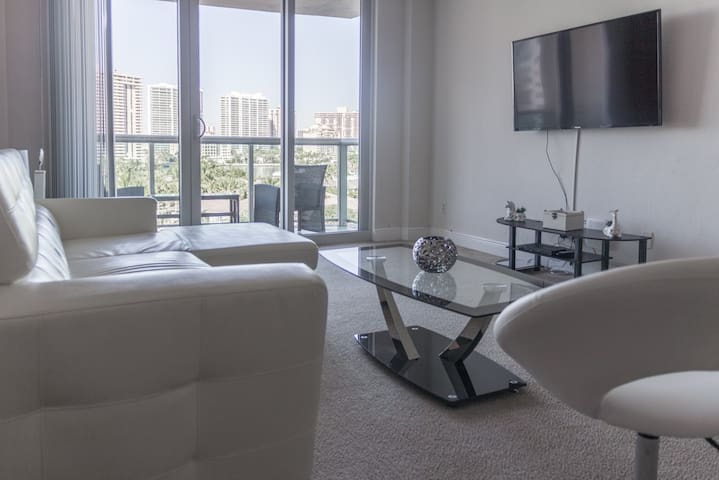Huge cozy bay view apartment, a block from beach!