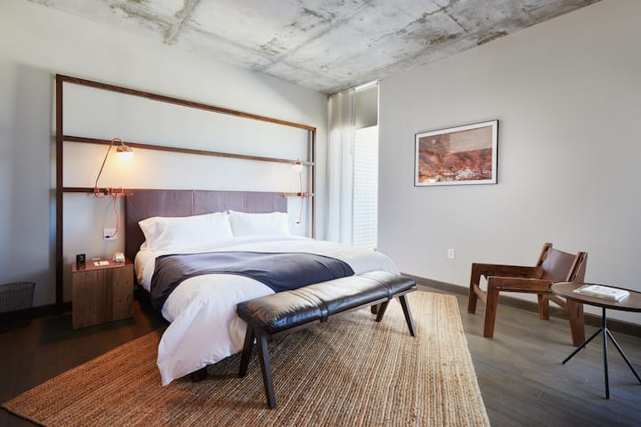 South Congress Hotel, Poolside Premier Suite