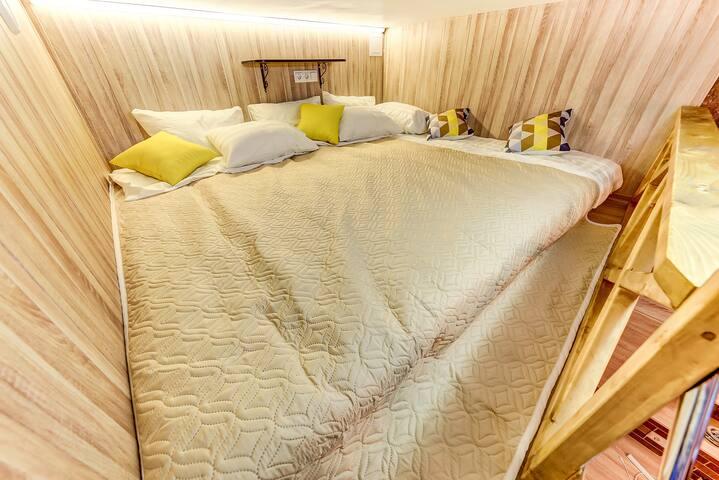 Комфортное спальное место с белоснежным постельным бельем на втором уровне студии позволит вам отлично выспаться после прогулки по прекрасному Петербургу.