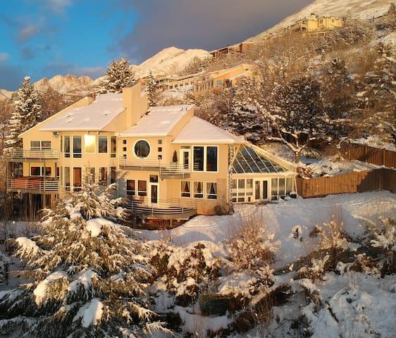 House of Setting Sun-Hot Tub, 30min to Ski,6K sqft