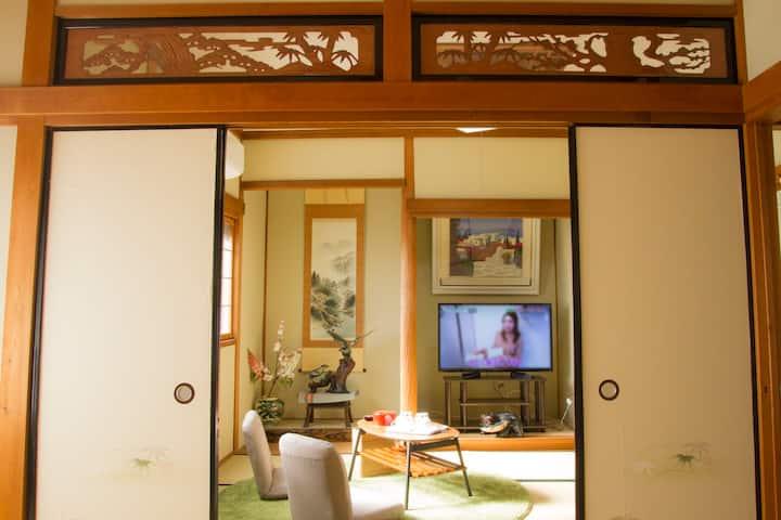 独立别墅里的和式家庭间。4人可温馨入住,关西机场三站,羽倉崎车站步行5分钟,日本传统榻榻米
