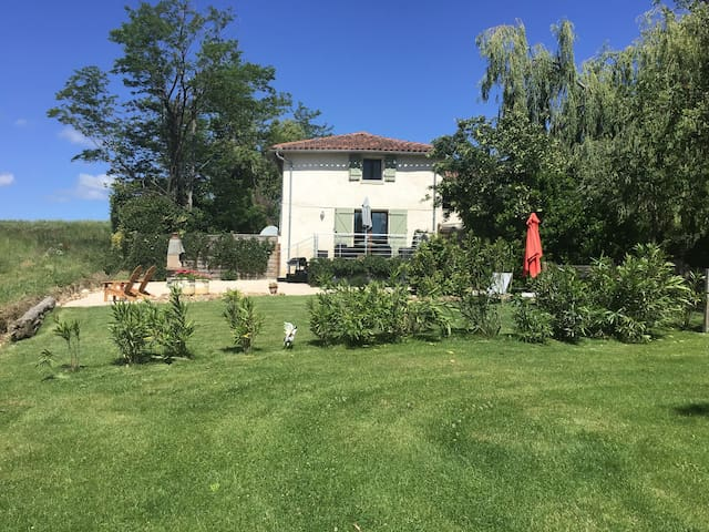 Peaceful Gite for Two with Pyrenees Mountain View