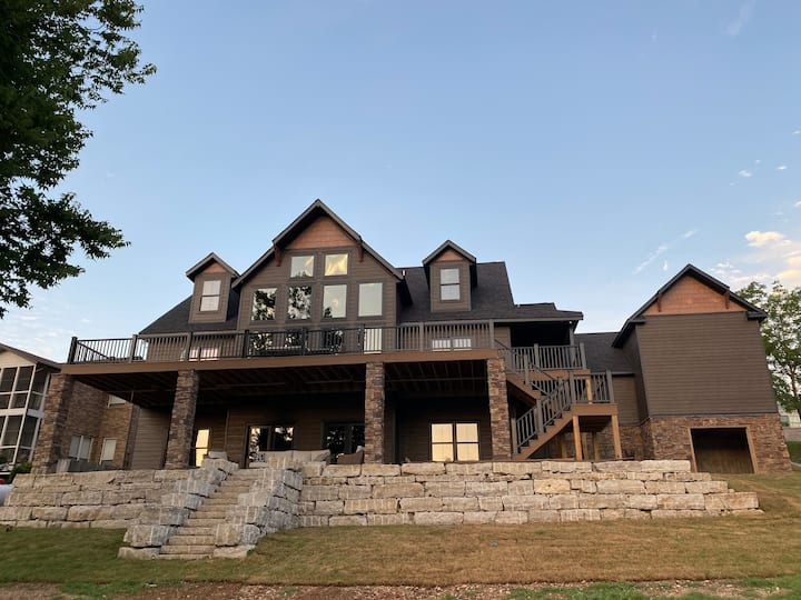 Luxury Lakefront 6 BR Dream Home on Tablerock Lake