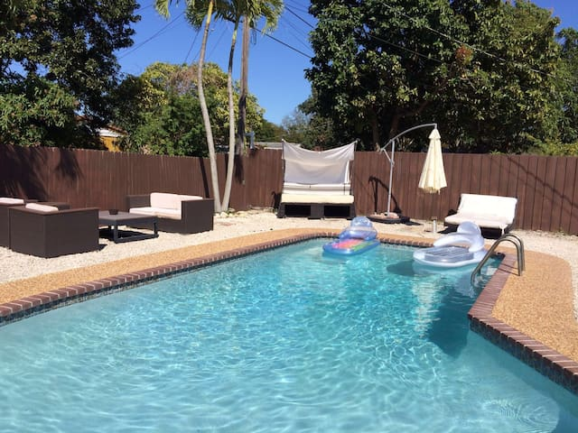 House with pool near Aventura Mall! - North Miami Beach