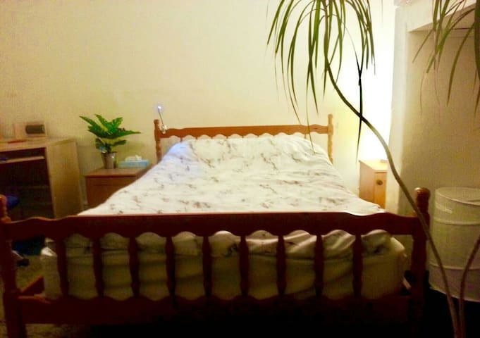 Single bedroom with double bed - central Cambridge