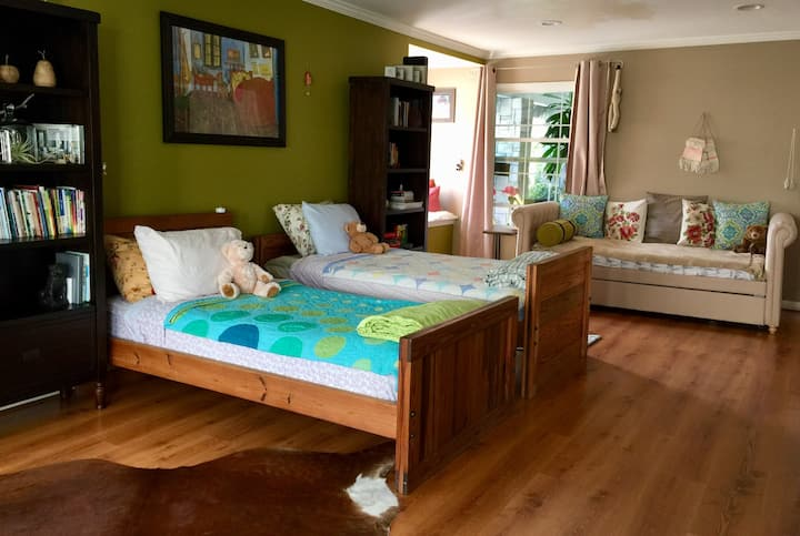 Charming, spacious room with reading nook & pool