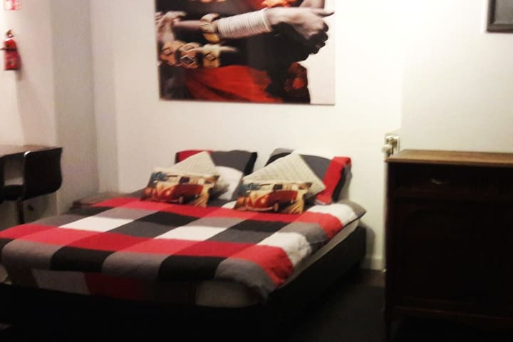 Sheets and towels ... incl ... dras et serviettes