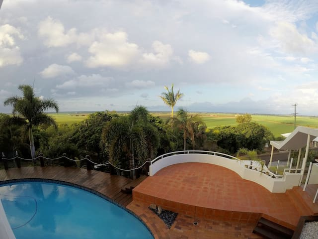 EXECUTIVE STYLE -  Ocean/Canefield Views - Qunaba - House