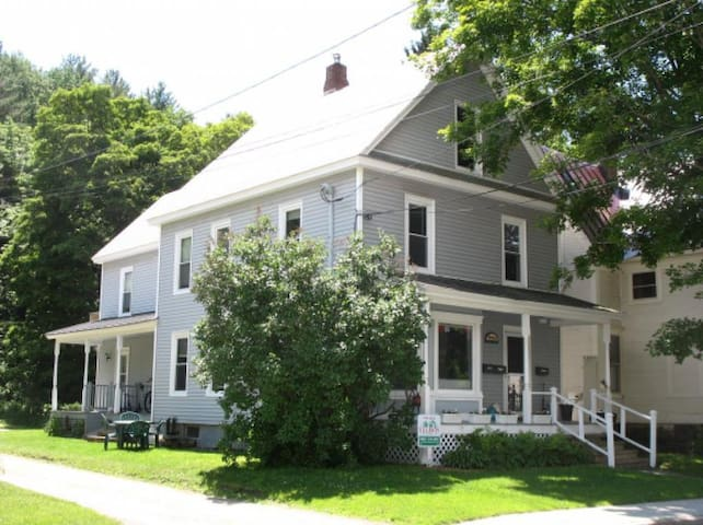 Comfortable 2-bdrm in middle of Ludlow Village