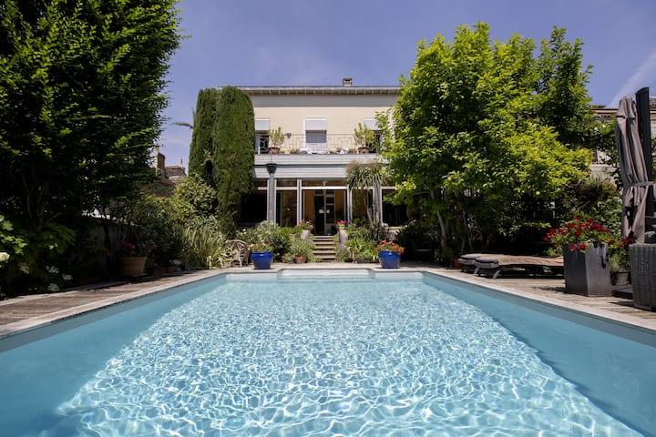 Villa with Pool, quiet garden, air-c, parking