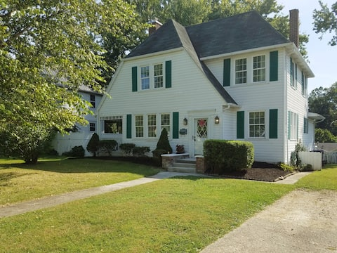 The Carroll Manor: Revovated 4beds/2 baths home.