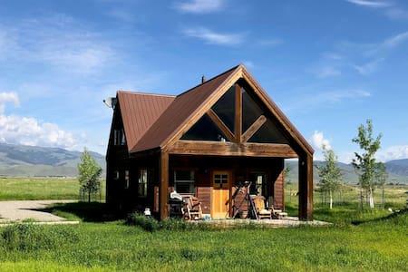 Grizzly Cabin: Summer Paradise, Winter Wonderland!
