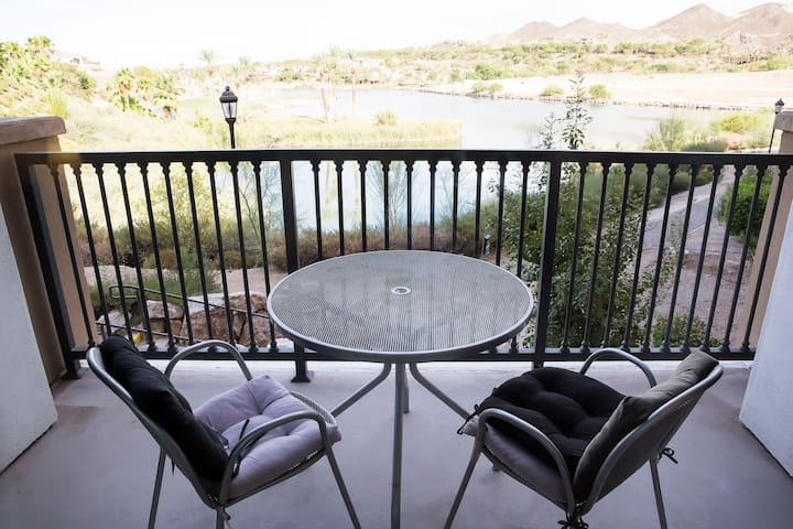 Luna Oasis Suite with Gorgeous Lake Views!