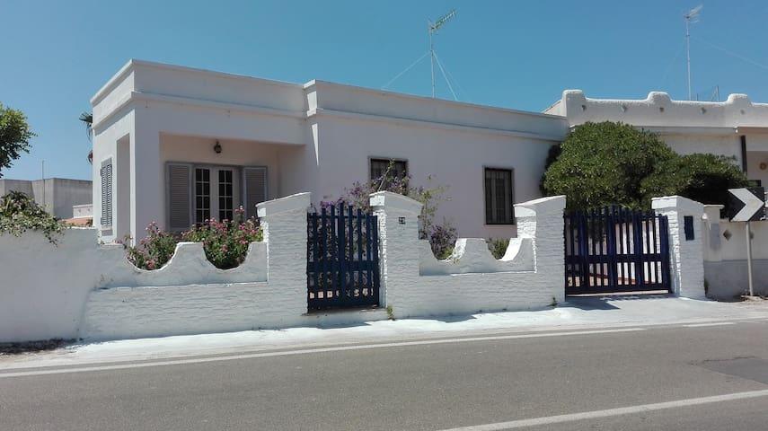 Splendida villa mediterranea a 30 metri dal mare - Leuca - Huvila