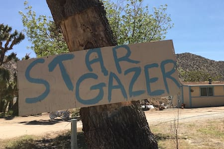 Star Gazer Cottage-Walk to Pappy & Harriet's - Pioneertown - Hus
