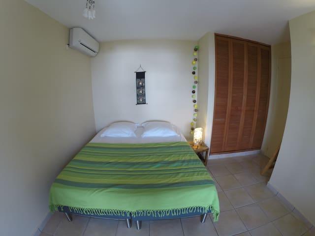 La Chambre Verte est climatisée et comprend 2 lits que l'on peut au choix séparer ou joindre pour faire un grand lit 160*200 cm.