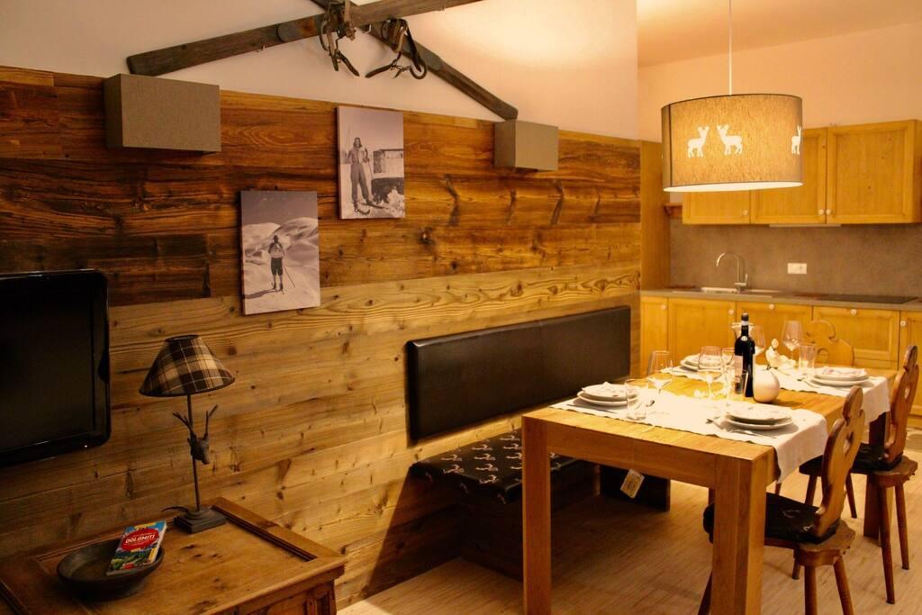 Soggiorno con cucina in legno chiaro