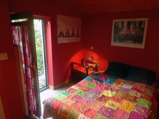 Chambre calme avec sdb dans une maison avec jardin