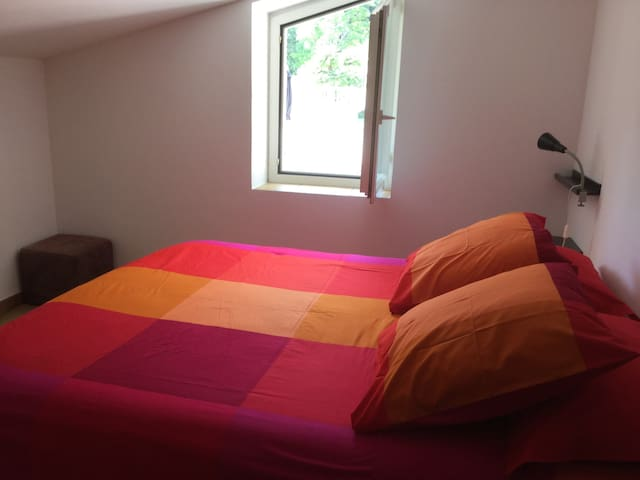 Chambre vue piscine lit 160 cm avec meuble de rangement