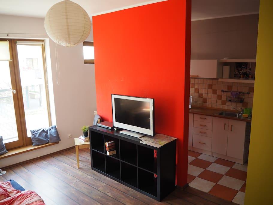 living room with two entry to the kitchen/ salon z prześwitem na kuchnię