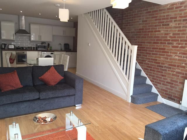 Beautiful 2 Bedroom Town House (1 of 3) - Hull