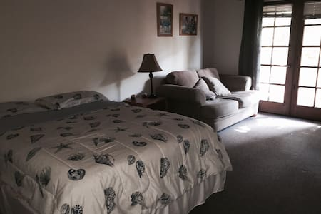 1 Queenbed/1 private bathroom/couch - Santa Barbara