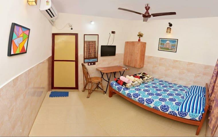 Peaceful AC room,breakfast, 1 min from the beach