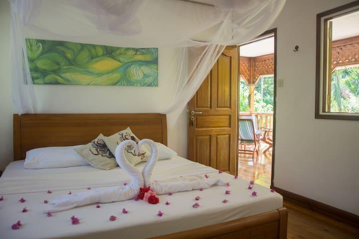 Ein Zimmer mit Doppelbett und Ensuite-Bad