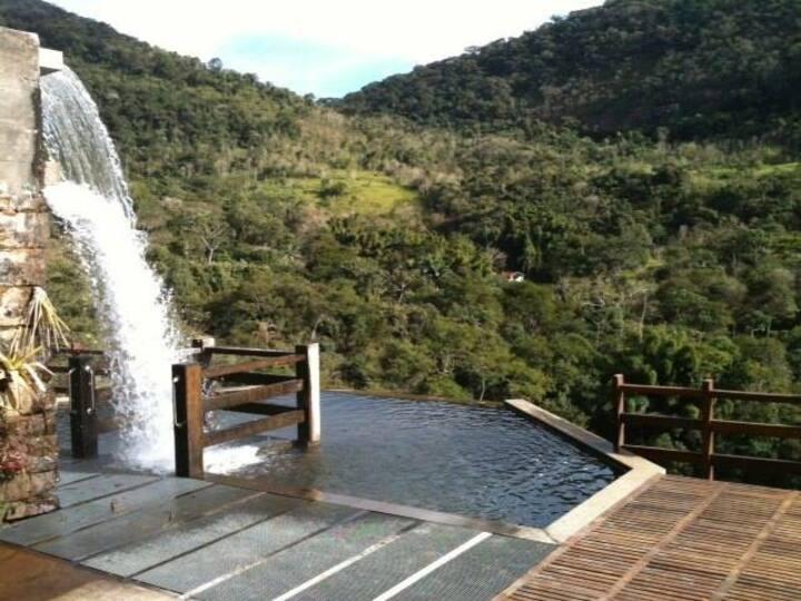 Flat em Secretário, paraíso na serra com cachoeira